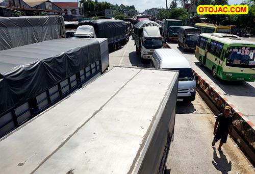 Dàn ôtô chặn ngang BOT tuyến tránh Biên Hòa, Quốc lộ 1 tê liệt – otojac.com